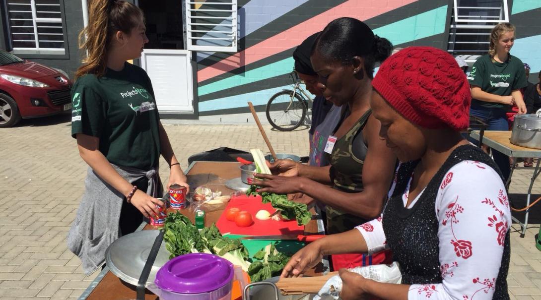 Les volontaires Projects Abroad participent à un atelier de cuisine équilibrée pour montrer aux enfants comment manger sainement.